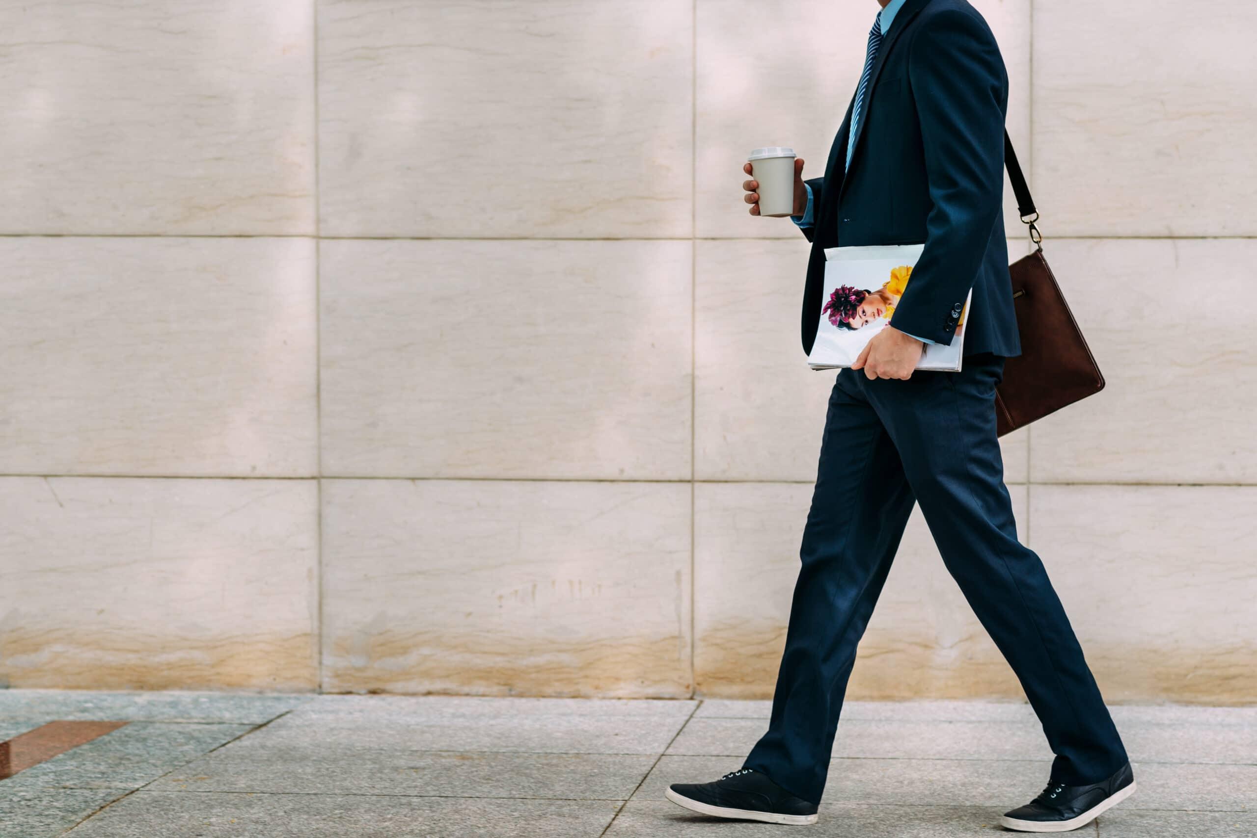 Lomalta paluu. Mies kävelee toimistolle