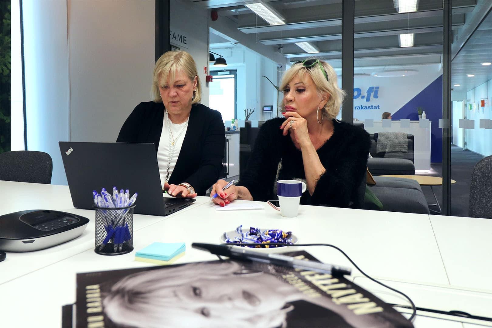 Hannele Lauri on Ukko.fi:n tuore kevytyrittäjä. Paula opastaa.